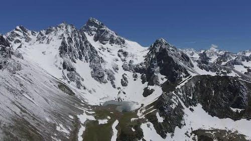 Schneebedeckte Bergmesse