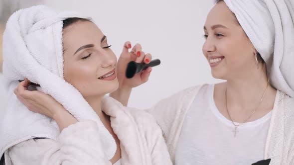 Thumbnail for Zwei schöne Frauen mit gewickelten Haaren in Handtüchern tun Make-up