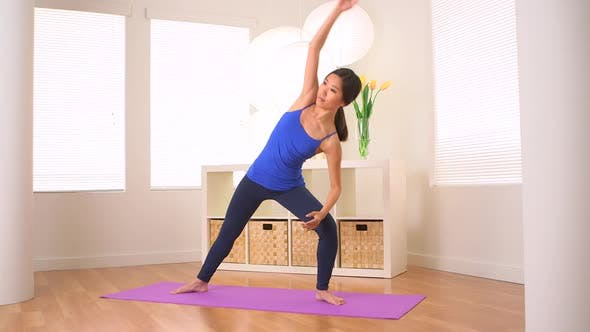 Thumbnail for Asiatische Frau tun Yoga Pose: Erweiterte Seitenwinkel