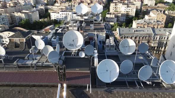 Thumbnail for Kiew, Ukraine: Fernsehantennen auf dem Dach des Gebäudes. Antenne