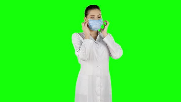Cover Image for Nurse in Surgery Puts Off the Mask and Smile, Green Screen