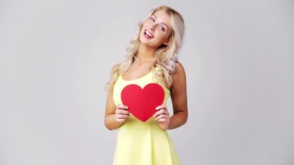 Thumbnail for Glückliche junge Frau mit rotem Papier Herz