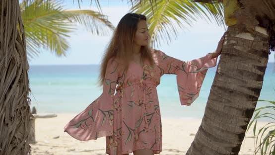 Thumbnail for Trendige ethnische Dame lehnte sich auf Palm