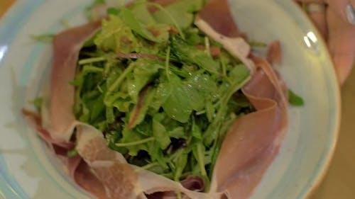 Mischen Sie grünen Salat mit Prosciutto