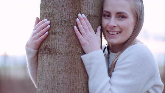 Thumbnail for Schöne Liebe Natur Frau umarmt Baum im Wald im Herbst