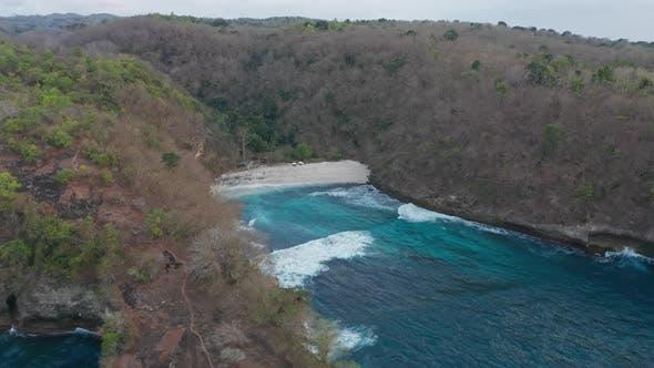 Thumbnail for Luftpanoramaartige Landschaft des türkisfarbenen Wassers in Nusa Penida Inseln und üppigen Bäumen um ihn herum