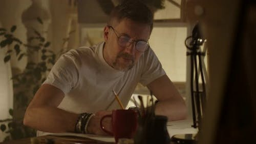 Künstler sitzen am Schreibtisch und Schreiben