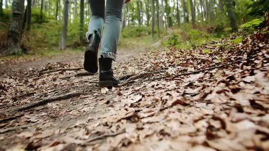 Thumbnail for Frau Walking in Boots Lowangle Ansicht