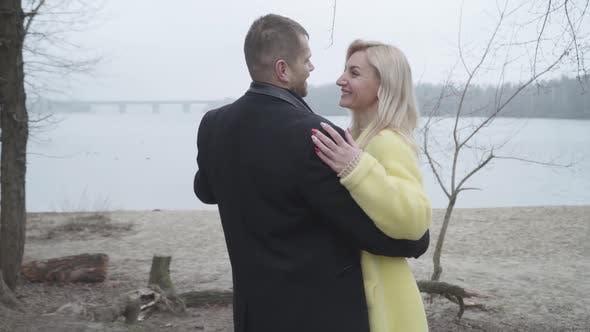 Thumbnail for Glückliches liebendes kaukasisches Paar Umarmung am Flussufer und Lächeln
