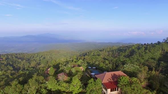 Thumbnail for Luftaufnahme von tropischen Wäldern und Wohndorf, Bali Insel, Indonesien.