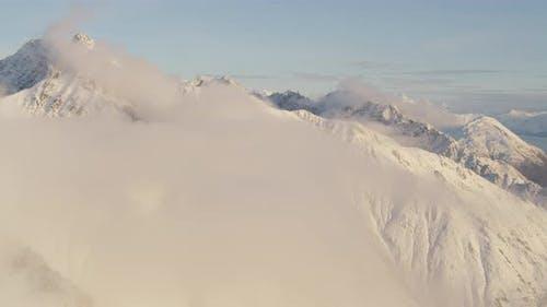Overheadshot, blauer und weißer Helikopter über Alaskan River, Drohne nen-Luftaufnahmen