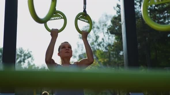 Frauentraining auf Gymnastikringen