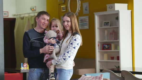 Thumbnail for Porträt einer glücklichen jungen Familie. Porträt einer glücklichen Familie von drei: Vater, Tochter, Mutter