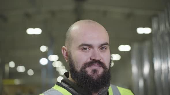 Thumbnail for Kamera nach oben, Porträt von bärtigen Glatzkopf kaukasischen Mann lächelnd bei der Kamera. Happy Worker in