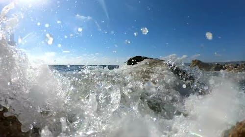 Meer Wellen Crushing auf einem felsigen Strand