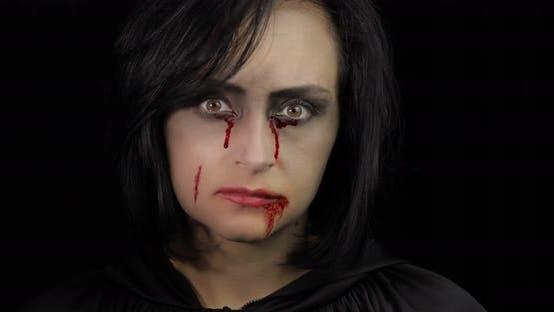 Thumbnail for Vampir Halloween Make-up Frau Porträt mit Blut auf Ihr Gesicht