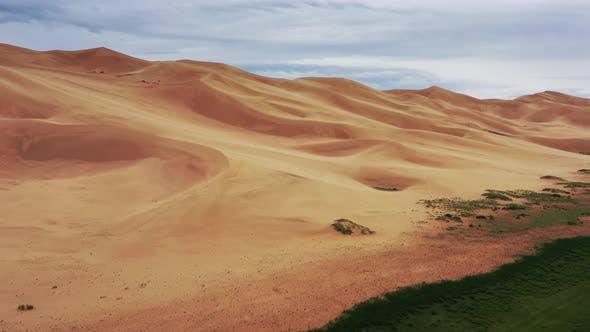 Luftaufnahme von Sanddünen in der Wüste Gobi