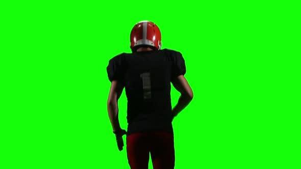 Thumbnail for Fußballspieler Laufen mit dem Ball und wirft es zur Seite. Grüner Bildschirm, Rückansicht