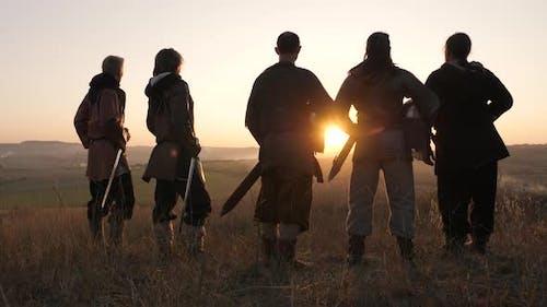 Mittelalterliche Krieger beobachten den Sonnenuntergang
