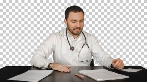 Aggressive enttäuscht Arzt an einem Tisch, Alpha Channel