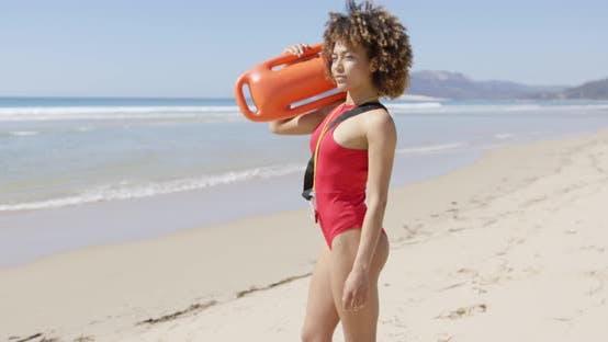 Thumbnail for Weibliche Rettungsschwimmer Blick in die Ferne am Strand