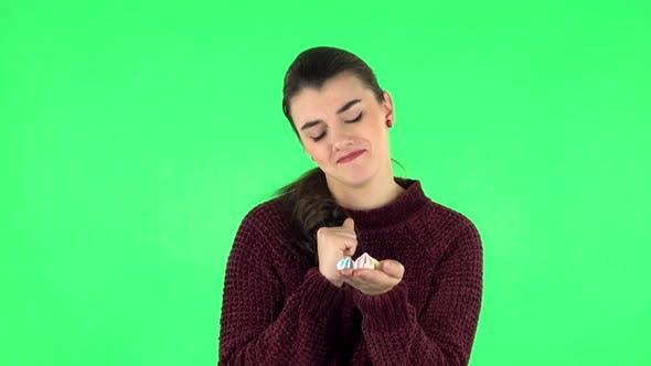 Thumbnail for Frau mit Vergnügen Essen Sweet White Marshmallow Während Genießen. Grüner Bildschirm