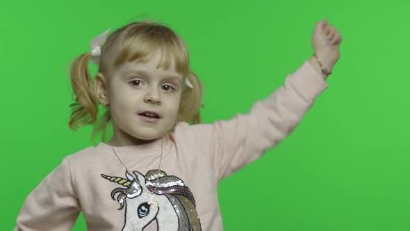 Thumbnail for Mädchen in Einhorn Sweatshirt Tanz und Sing. Glückliches Kind. Chroma-Key
