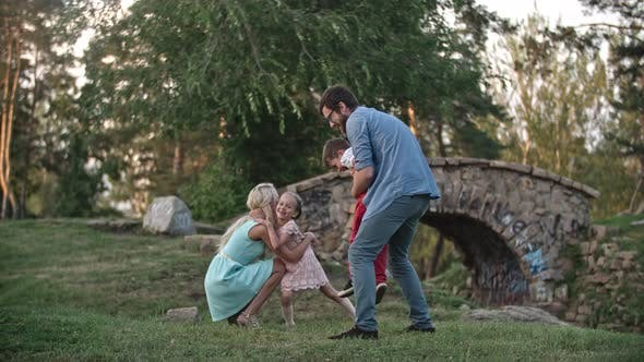 Thumbnail for Glückliche Familie im Park