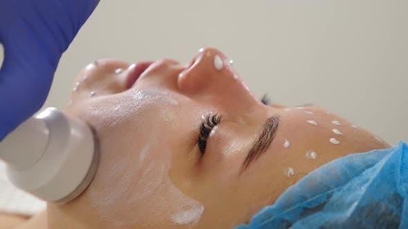 Thumbnail for Schönheitsklinik und Machine Cosmetology. Professionelle Kosmetikerin, die mit Ultraschall-Gesichtsbehandlung arbeitet