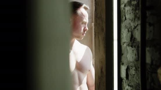 Bodybuilder Am Fenster Spielende Brustmuskeln