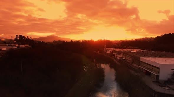 Cover Image for Fluss und Fabrik bei Sonnenuntergang