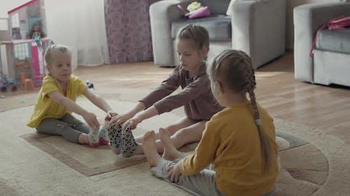 Kleine Mädchen Schwestern spielen