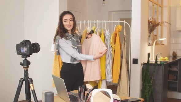 Girl Blogger Shows Dresses and Shirts To Subscribers, a Favorite Hobby of Blogging