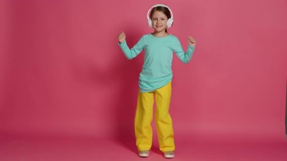 Kleines Schönes Baby Mädchen Rosa Hintergrund Helle Kleidung Gelbe Hosen Türkis