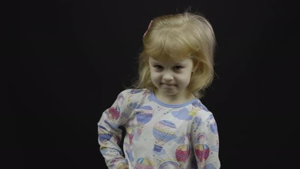 Kleines Baby Mädchen im Pyjama isst Brei aus dem Löffel