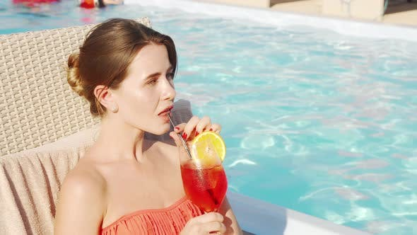 Thumbnail for Schöne glückliche Frau genießen Trinken Cocktail am Pool