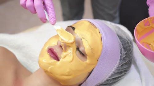 Junge Frau bekommt Schönheits-Gesichts-Injektionen im Salon. Ästhetische Kosmetologie.