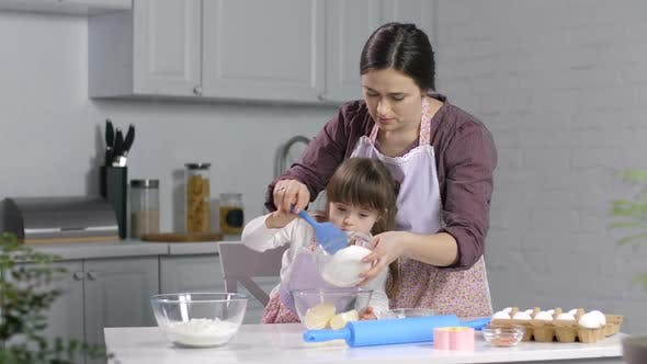 Thumbnail for Kind mit besonderen Bedürfnissen Backen mit Mutter