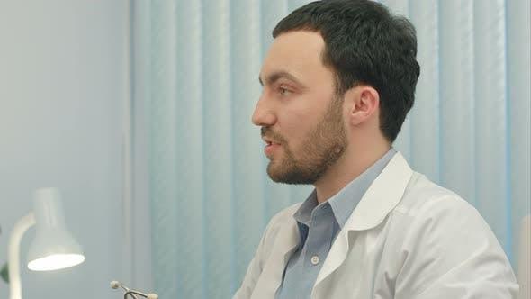Thumbnail for Krankenhaus: Arzt überprüft Herzschlag